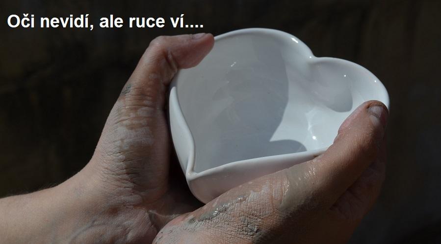 Když oči nevidí, ale ruce pracují - jak vyrábějí keramiku nevidomí